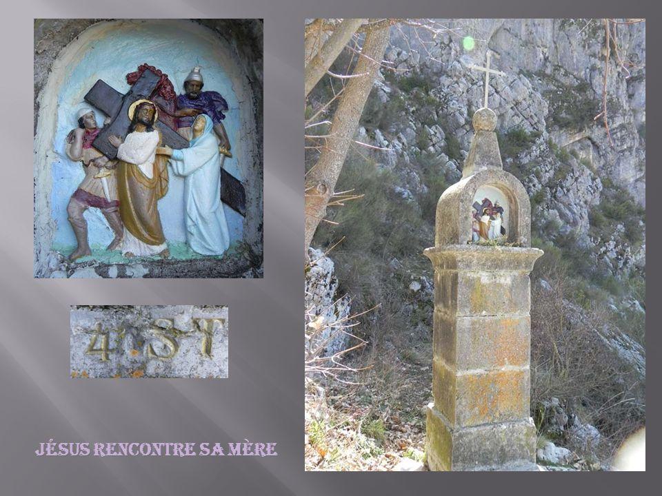 Simon de Cyrène aide Jésus à porter la croix