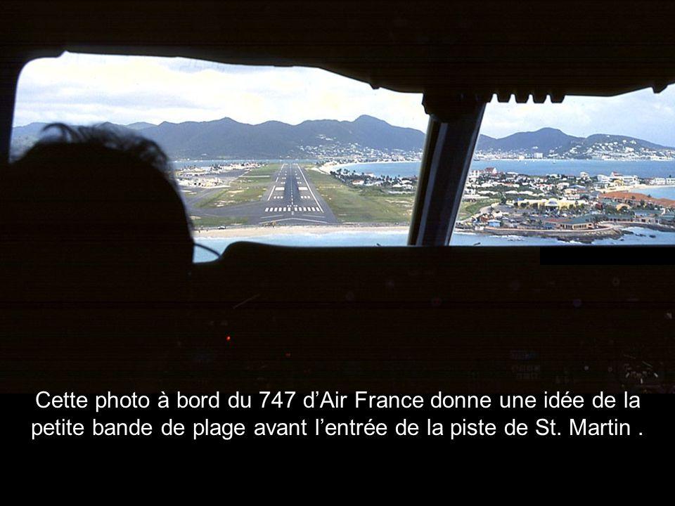 Cette photo à bord du 747 dAir France donne une idée de la petite bande de plage avant lentrée de la piste de St. Martin.
