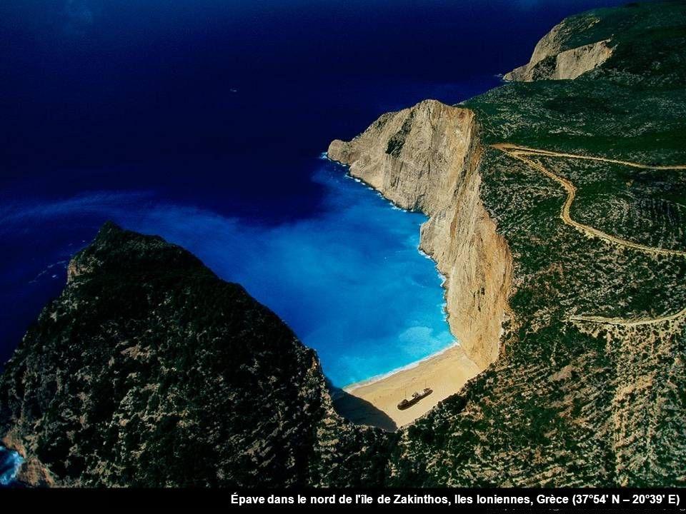 Épave dans le nord de l île de Zakinthos, Iles Ioniennes, Grèce (37°54 N – 20°39 E)