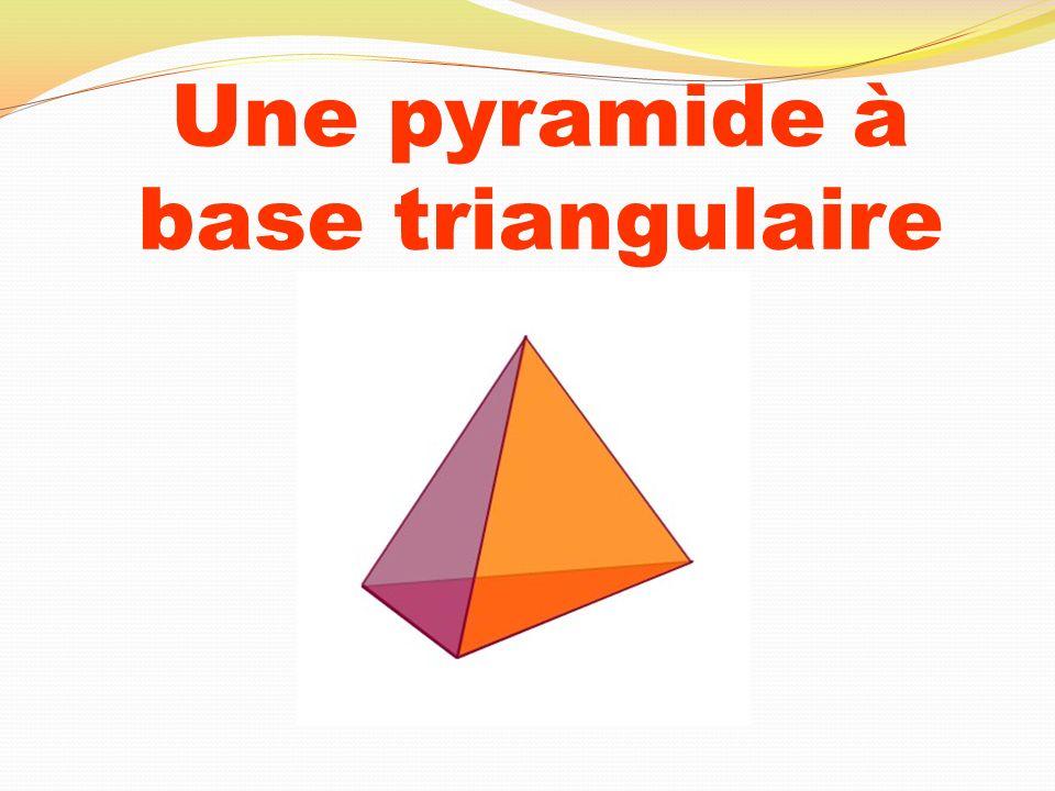 Une pyramide à base triangulaire