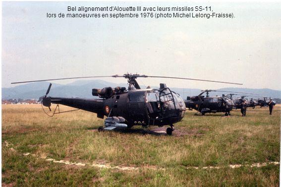 Bel alignement d'Alouette III avec leurs missiles SS-11, lors de manoeuvres en septembre 1976 (photo Michel Lelong-Fraisse).