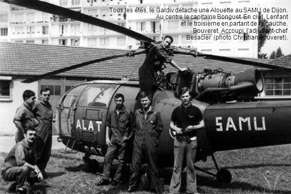 Tous les étés, le Galdiv détache une Alouette au SAMU de Dijon. Au centre le capitaine Bonguet. En civil, Lenfant et le troisième en partant de la gau