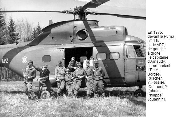 En 1975, devant le Puma n°1115, codé APZ, de gauche à droite, le capitaine d'Arnaudy, commandant l'EHM, Bordes, Ruscher, ?, Fossier, Colmont, ? (photo