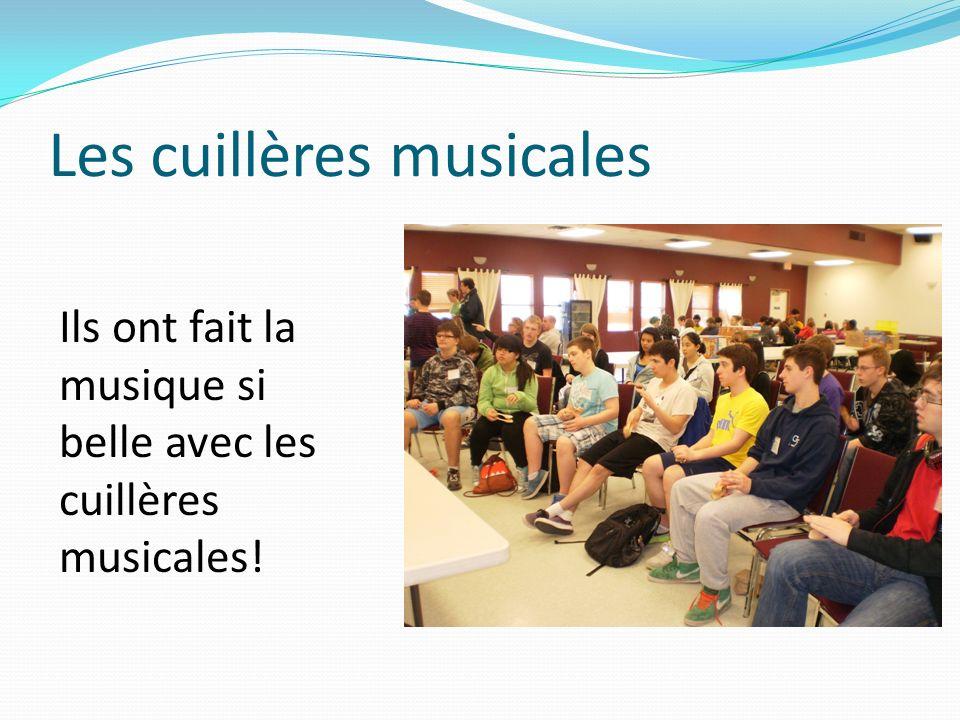 Les cuillères musicales Ils ont fait la musique si belle avec les cuillères musicales!