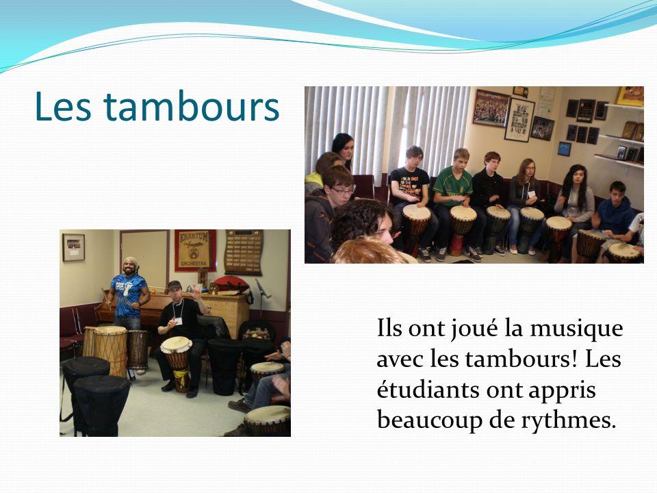 Les tambours Ils ont joué la musique avec les tambours! Les étudiants ont appris beaucoup de rythmes.