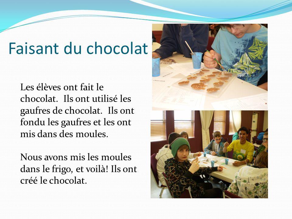 Faisant du chocolat Les élèves ont fait le chocolat. Ils ont utilisé les gaufres de chocolat. Ils ont fondu les gaufres et les ont mis dans des moules