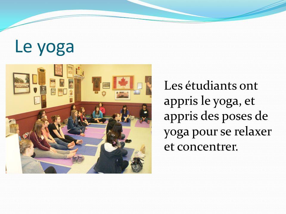 Le yoga Les étudiants ont appris le yoga, et appris des poses de yoga pour se relaxer et concentrer.