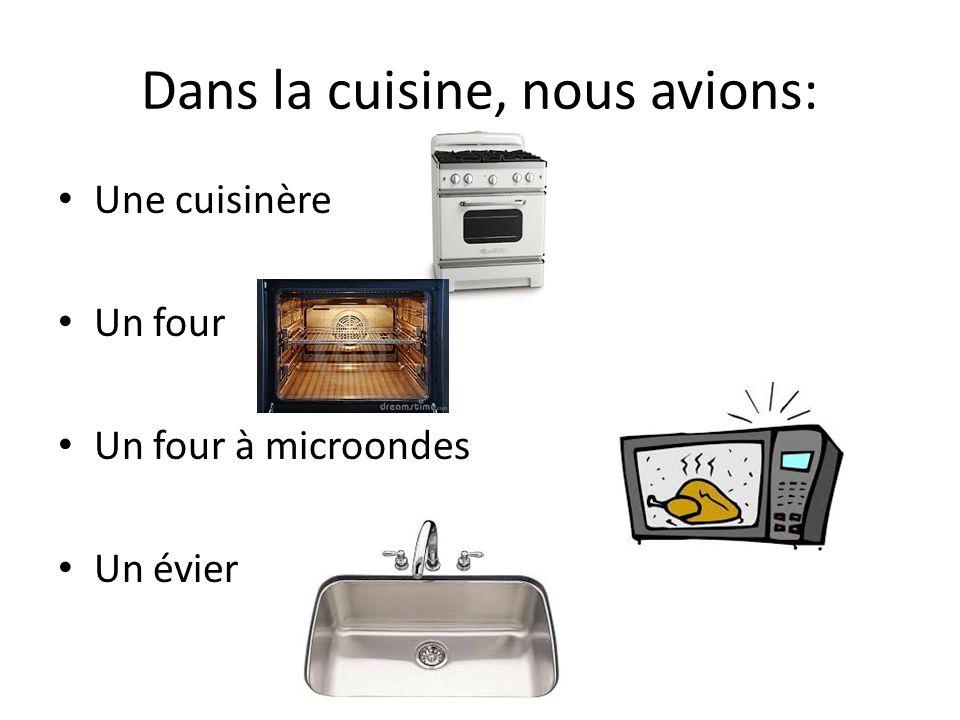 Dans la cuisine, nous avions: Une cuisinère Un four Un four à microondes Un évier
