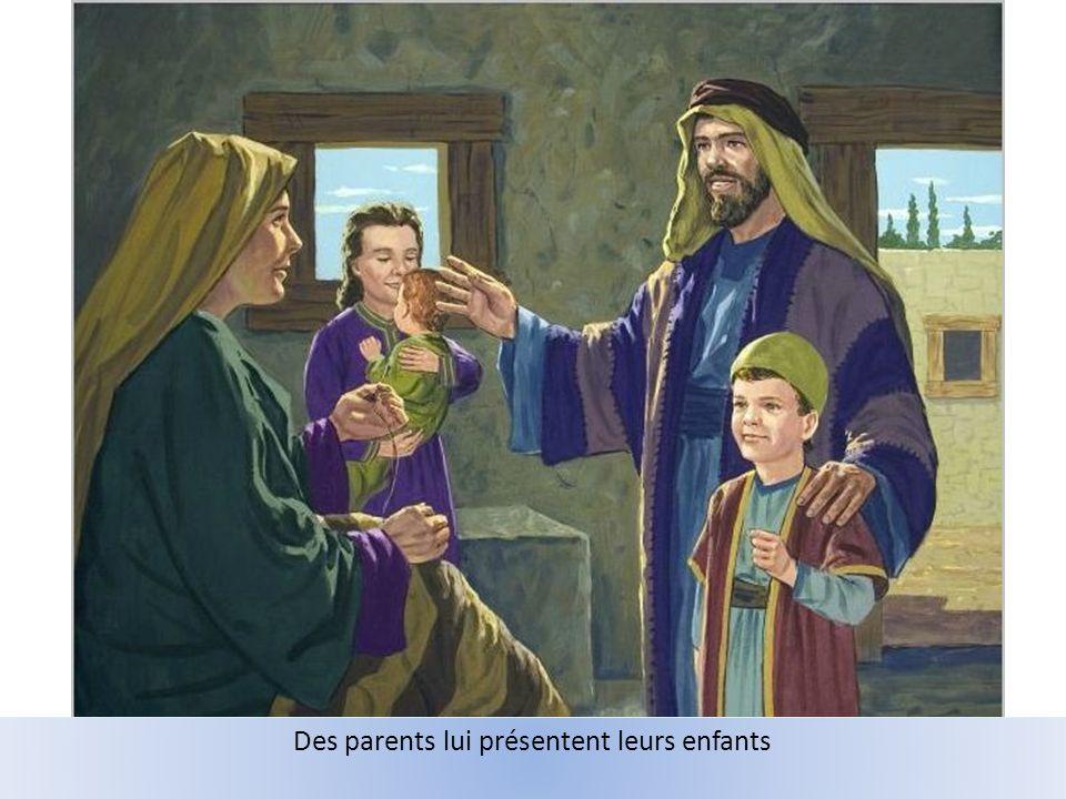 Des parents lui présentent leurs enfants