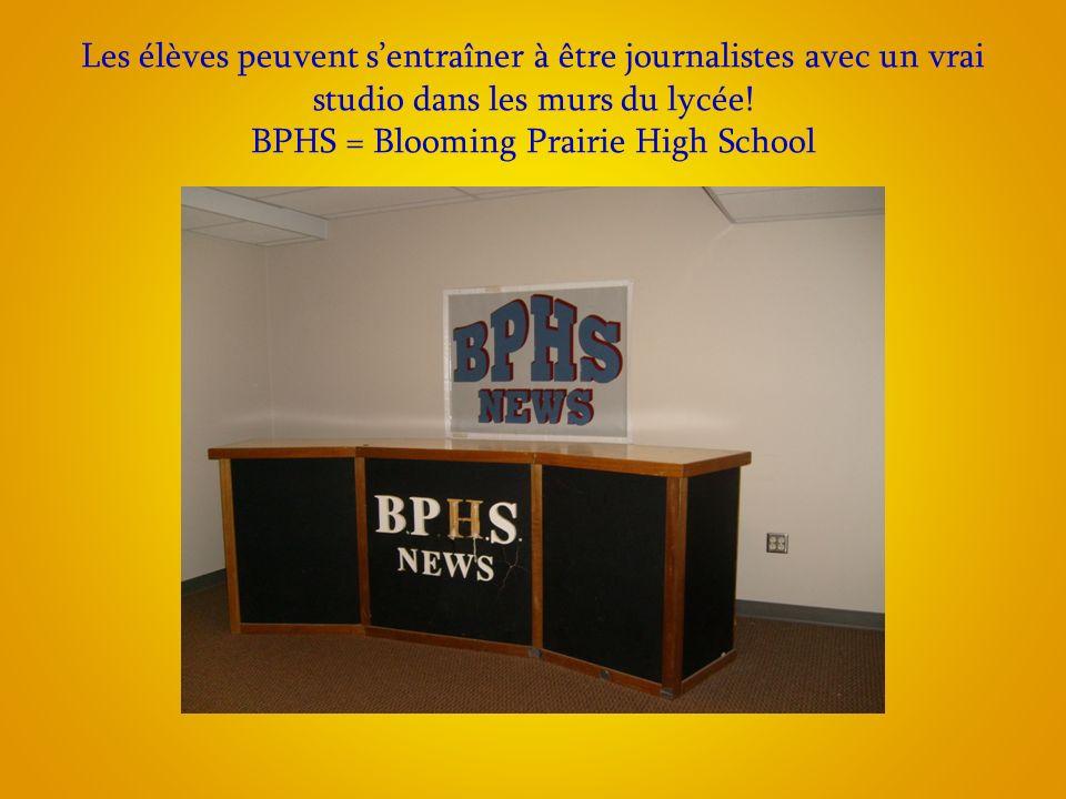 Les élèves peuvent sentraîner à être journalistes avec un vrai studio dans les murs du lycée.