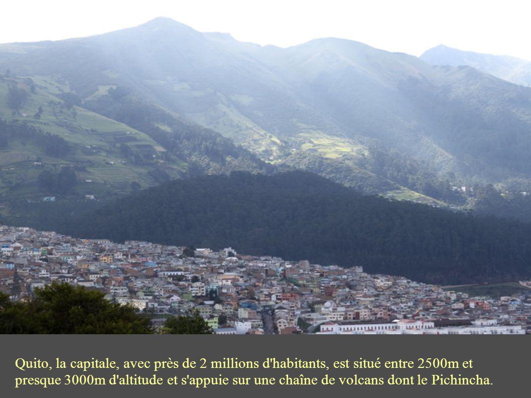 Quito, la capitale, avec près de 2 millions d habitants, est situé entre 2500m et presque 3000m d altitude et s appuie sur une chaîne de volcans dont le Pichincha.