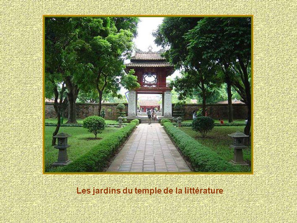 Le temple de la littérature érigé en 1070 fut dédié à Confucius.