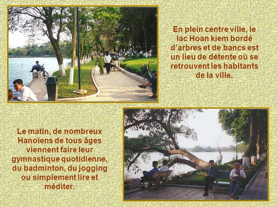 Hanoï est une ville où il fait bon vivre en dépit de sa circulation trépidante et du bruit car elle a de nombreux ilots de verdure ainsi que des beaux lacs dont le lac de lEpée restituée situé en plein cœur de Hanoi.