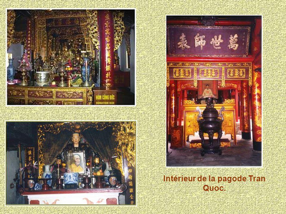 La pagode Tran Quoc est située sur le bord du lac de lOuest.