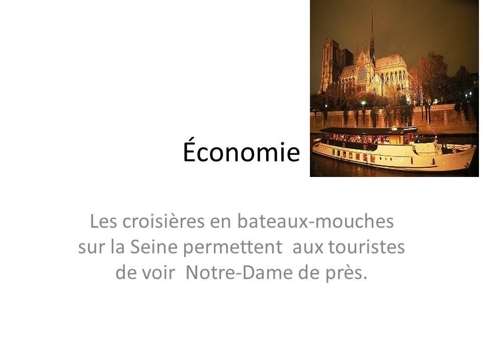 Économie Les croisières en bateaux-mouches sur la Seine permettent aux touristes de voir Notre-Dame de près.