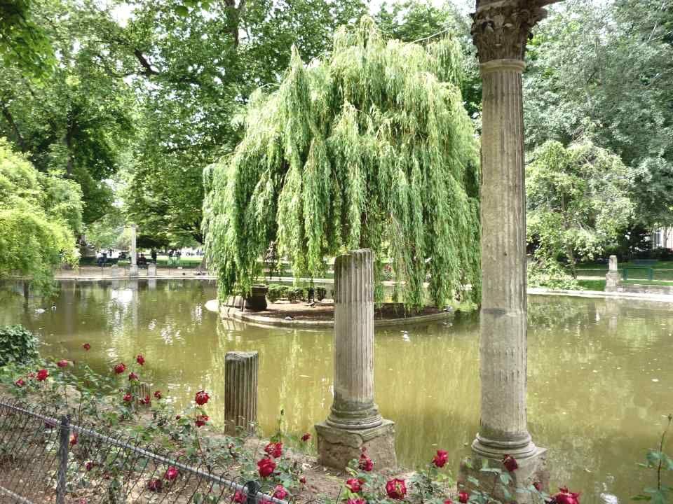 Le saule : la souplesse résistante. Sa présence donne au paysage un aspect idyllique, tant ses rameaux tombants, dun vert tendre sur un tronc noué, em
