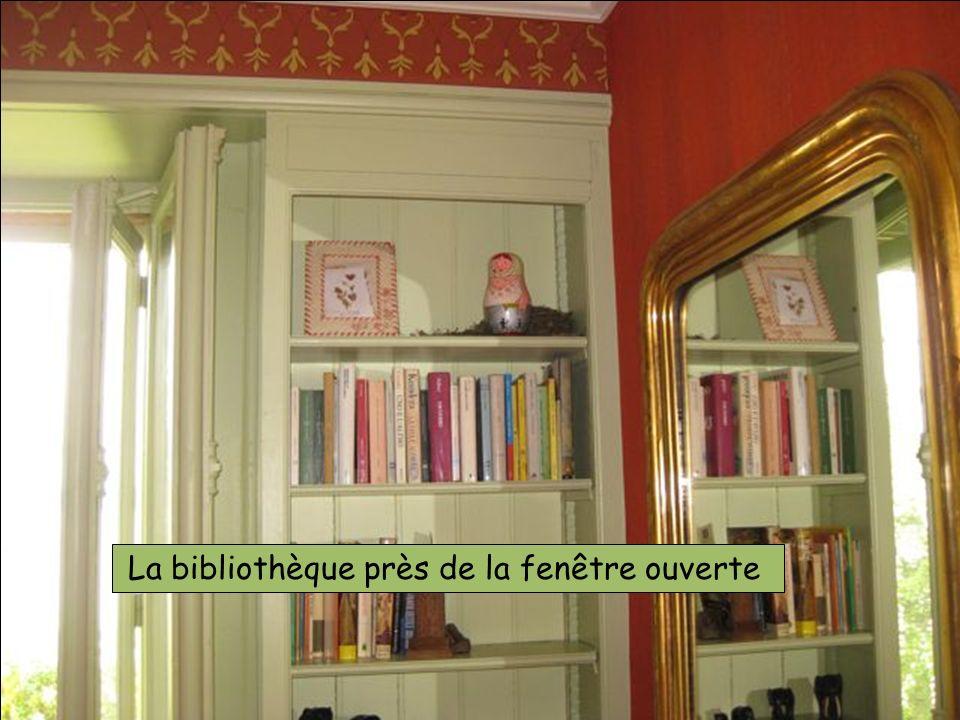 La bibliothèque près de la fenêtre ouverte