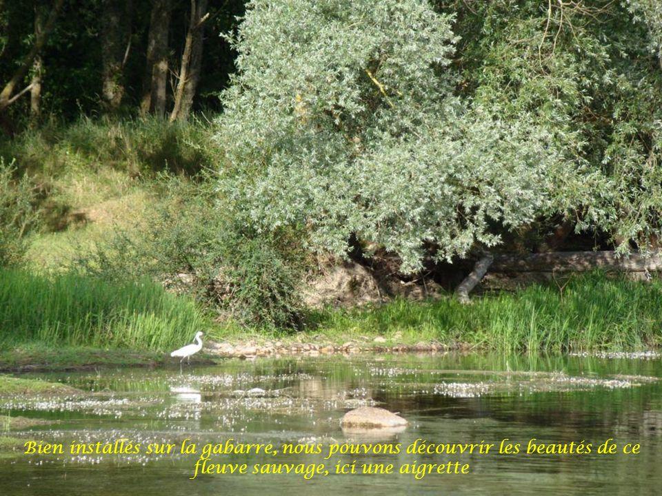 Entre bancs de sable et fonds à hauteur deau très réduite, le marinier doit être vigilant pour conduire le chaland de Loire
