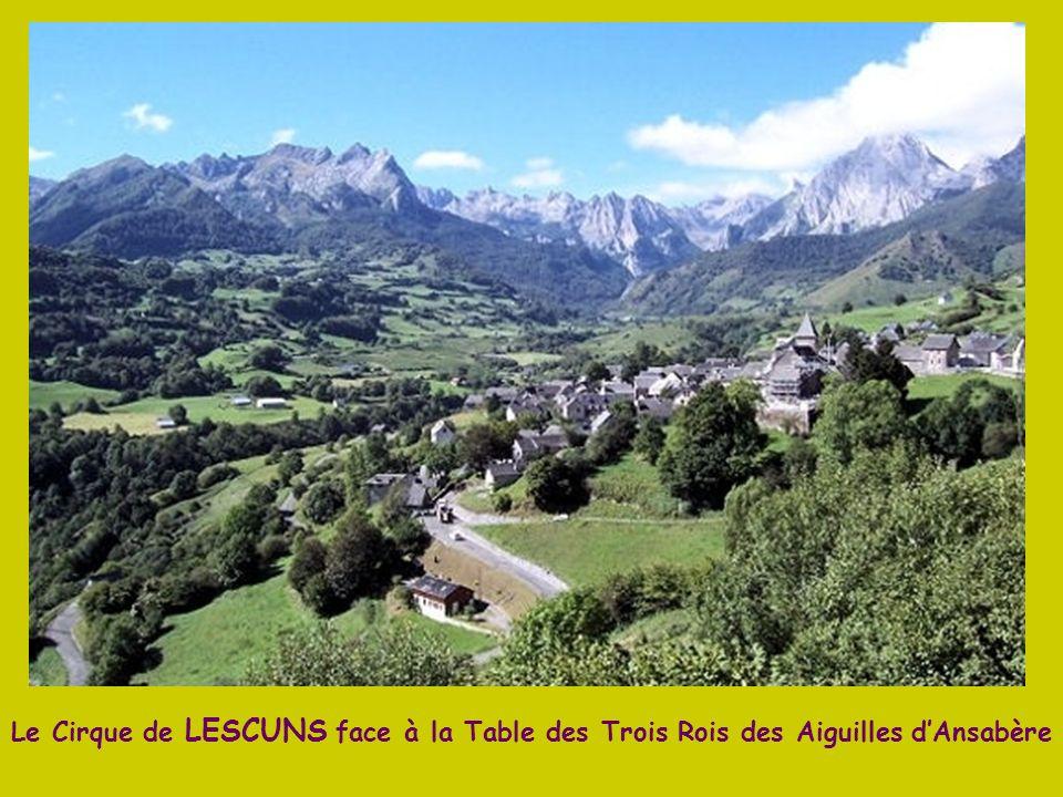 Le village de BORCE en vallée dAspe a la particularité de recevoir des troupeaux espagnols de la vallée dAnso, pour paître librement dans les pacages