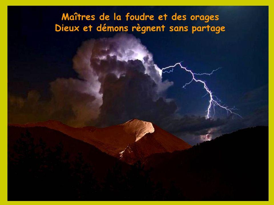 Proche de Ste Engrâce et du Gouffre de la Pierre St Martin le Pic dAnie à 2 504 m Entre Asson, Pyrénées Atlantiques, et St Pé de Bigorre, Htes Pyrénée