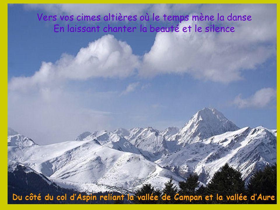 La Brèche de Roland, trouée naturelle de 40 m de large sur 100 m de haut, dans les falaises du cirque de Gavarnie. Selon la légende, cette brèche fut