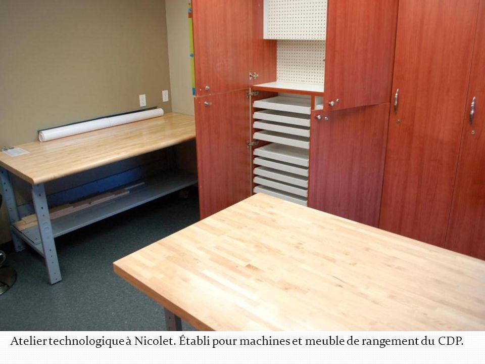Atelier technologique à Nicolet. Établi pour machines et meuble de rangement du CDP.