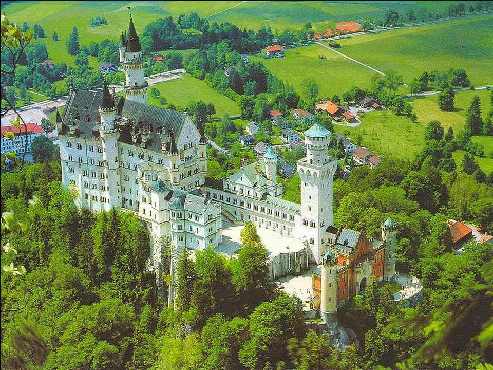 Que la profondeur du texte ne vous empêche pas cependant de savourer la beauté de ces photos du château de Neuschwanstein, en Allemagne, œuvre sublime