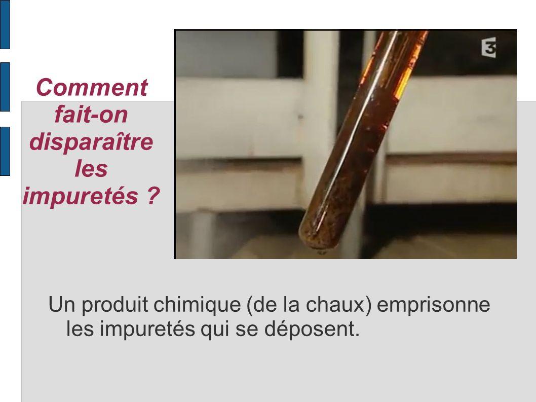 Comment fait-on disparaître les impuretés ? Un produit chimique (de la chaux) emprisonne les impuretés qui se déposent.