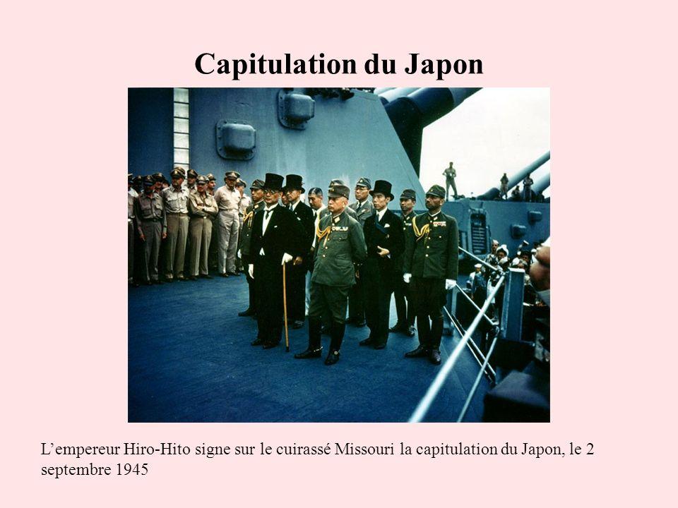 Capitulation du Japon Lempereur Hiro-Hito signe sur le cuirassé Missouri la capitulation du Japon, le 2 septembre 1945