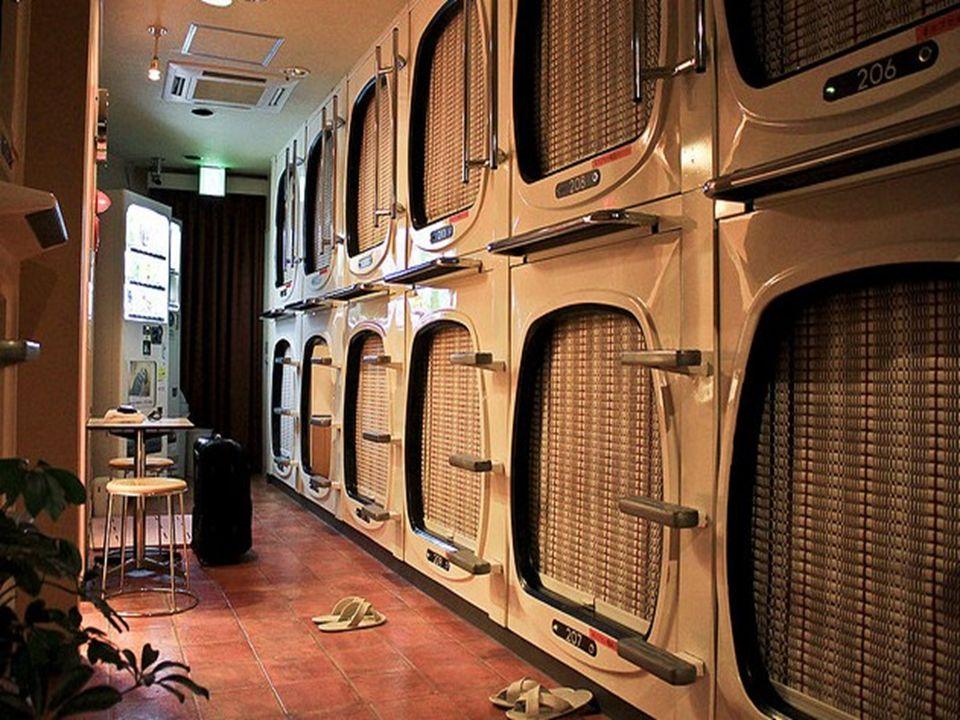 Le service de l hôtel inclut une armoire pour mettre ses affaires, une petite capsule pour dormir et lutilisation de douches, sanitaires, radio et TV