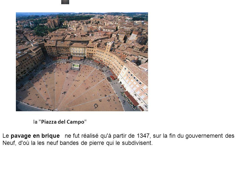 la Piazza del Campo Le pavage en brique ne fut réalisé qu à partir de 1347, sur la fin du gouvernement des Neuf, d où la les neuf bandes de pierre qui le subdivisent.