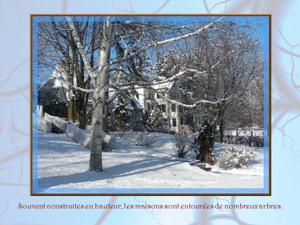En hiver la terre pleure En hiver la terre pleure ; Le soleil froid, pâle et doux, Vient tard, et part de bonne heure, Ennuyé du rendez-vous. Leurs id