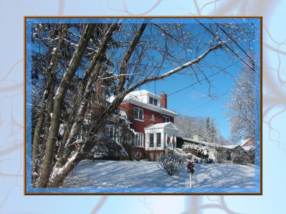 La maison précédente (sans soleil le jour de Noël), vue de plus près et surtout sous un ciel dun bleu intense…