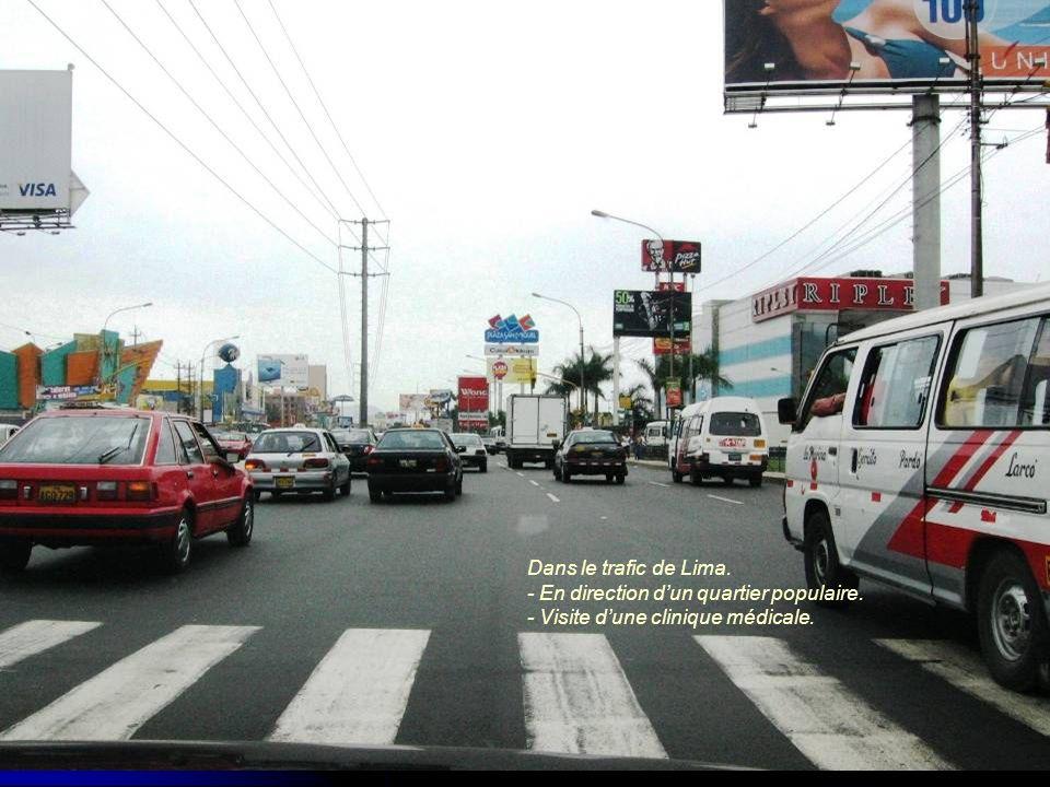 Dans le trafic de Lima. - En direction dun quartier populaire. - Visite dune clinique médicale.