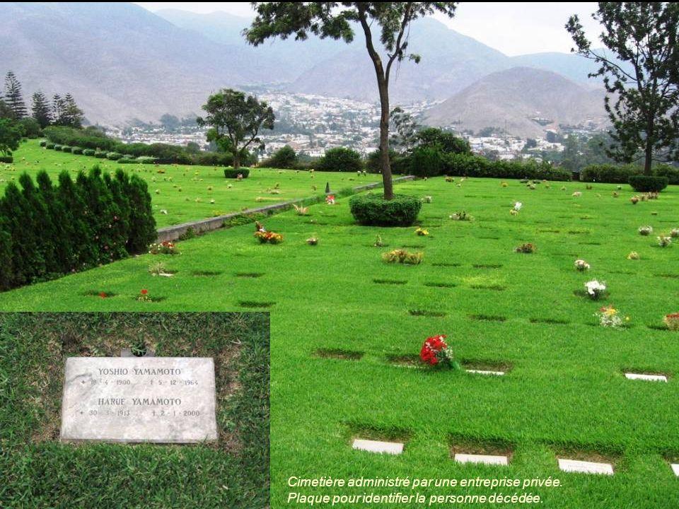 Cimetière administré par une entreprise privée. Plaque pour identifier la personne décédée.