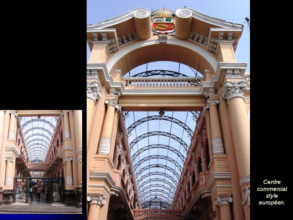 Centre commercial style européen.