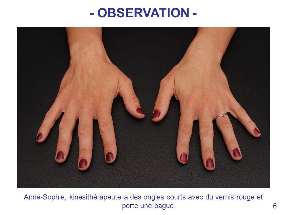 Anne-Sophie, kinesithérapeute a des ongles courts avec du vernis rouge et porte une bague. 6 - OBSERVATION -