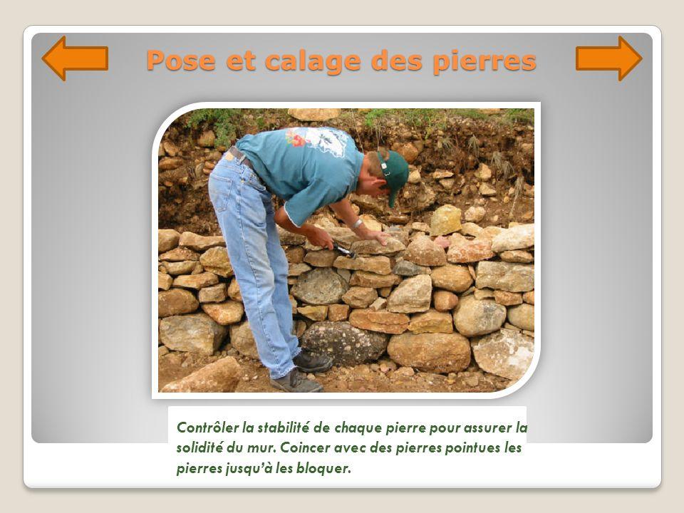 Pose et calage des pierres Contrôler la stabilité de chaque pierre pour assurer la solidité du mur. Coincer avec des pierres pointues les pierres jusq