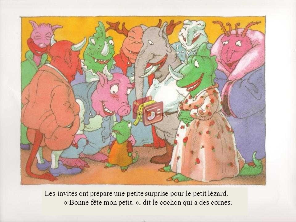 Les invités ont préparé une petite surprise pour le petit lézard. « Bonne fête mon petit. », dit le cochon qui a des cornes.
