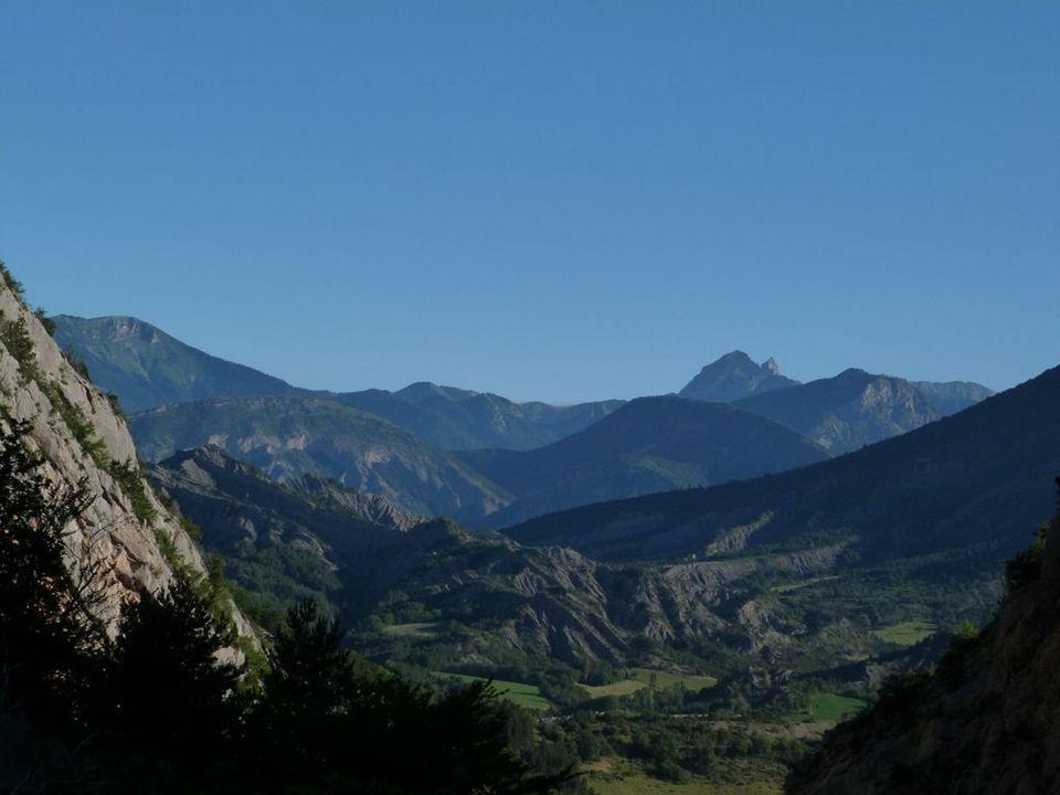 C est à 1140 mètres d altitude, dominant la rivière et les gorges de Maraize, au pied du mont d Aujour, que l abbaye de Clausonne voit le jour en 1185.