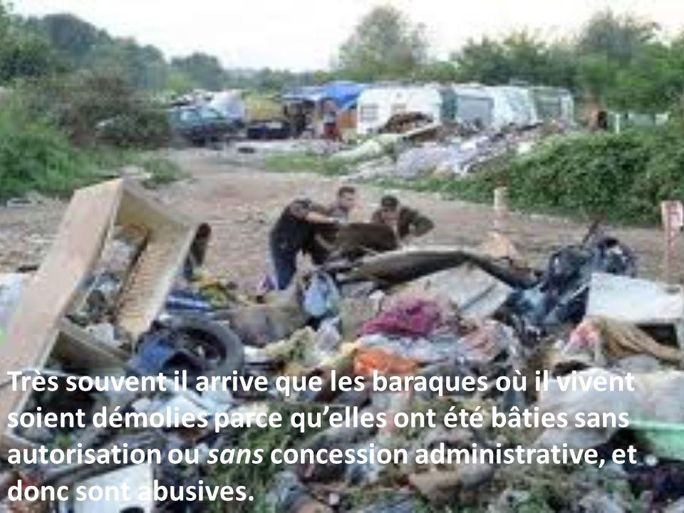 Très souvent il arrive que les baraques où il vivent soient démolies parce quelles ont été bâties sans autorisation ou sans concession administrative, et donc sont abusives.