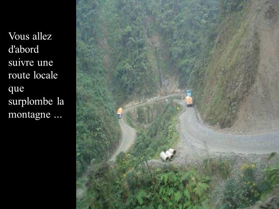 Vous allez d'abord suivre une route locale que surplombe la montagne...