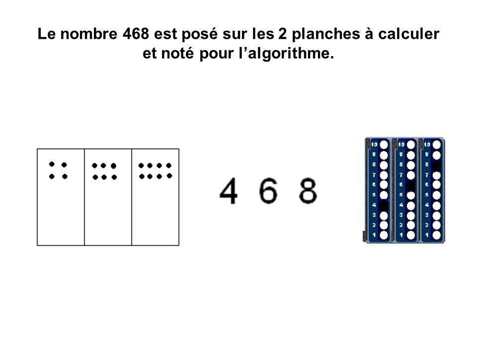 Le nombre 468 est posé sur les 2 planches à calculer et noté pour lalgorithme.