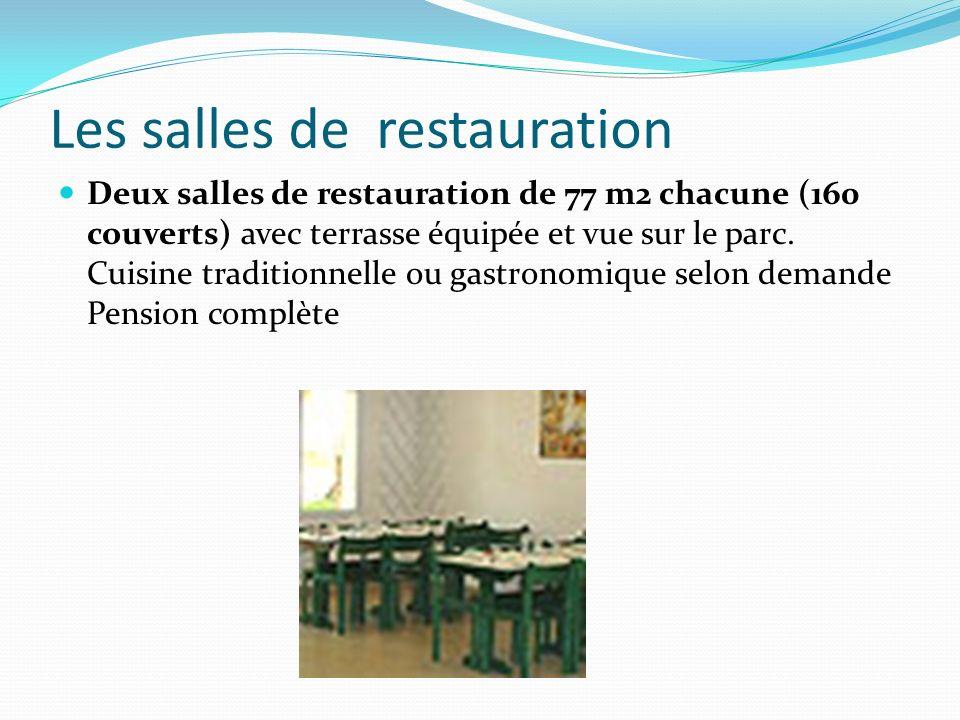 Les salles de restauration Deux salles de restauration de 77 m2 chacune (160 couverts) avec terrasse équipée et vue sur le parc. Cuisine traditionnell