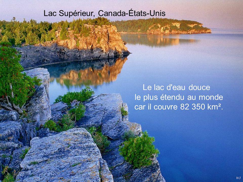 Lac Bramant, France Dans le somptueux massif cristallin des Grandes Rousses, le Lac Bramant forme l'un des trois lacs de Saint-Sorlin