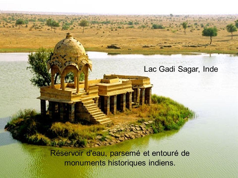 Lac Bramant,, Savoie, France Lac Gadi Sagar, Inde Réservoir d eau, parsemé et entouré de monuments historiques indiens.