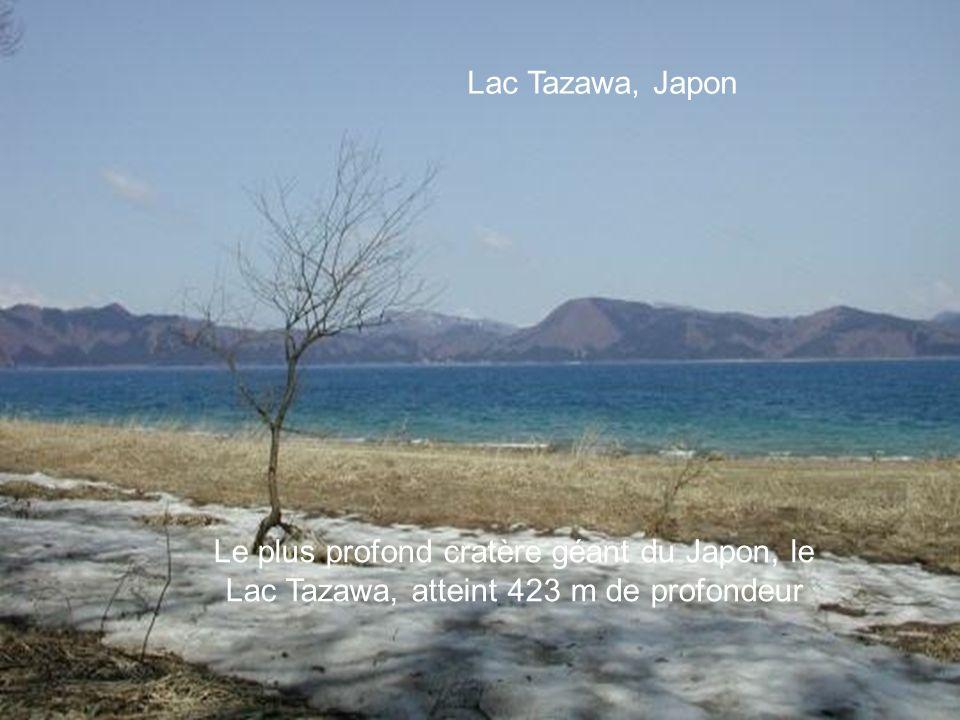 Lac Assal, Djibouti A Djibouti, cette curiosité naturelle aux eaux de couleur turquoise est bordée d'un gypse blanc immaculé. Le Lac Assal est entouré