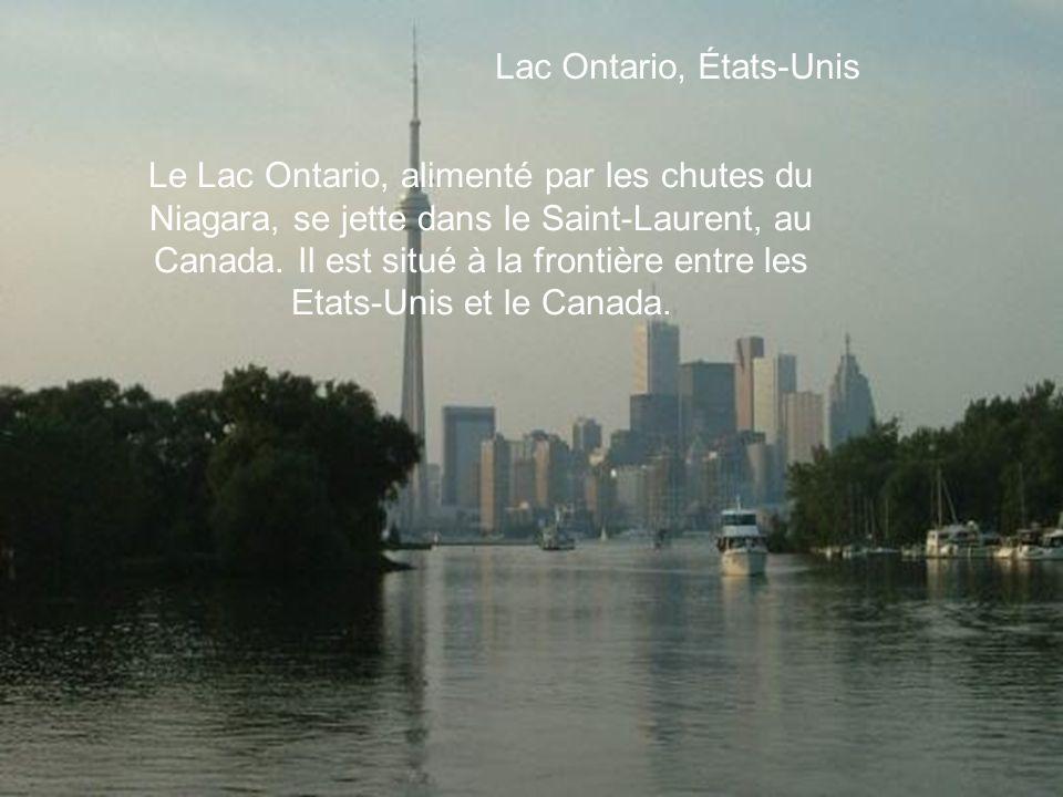 Lac Ontario, États-Unis Le Lac Ontario, alimenté par les chutes du Niagara, se jette dans le Saint-Laurent, au Canada.
