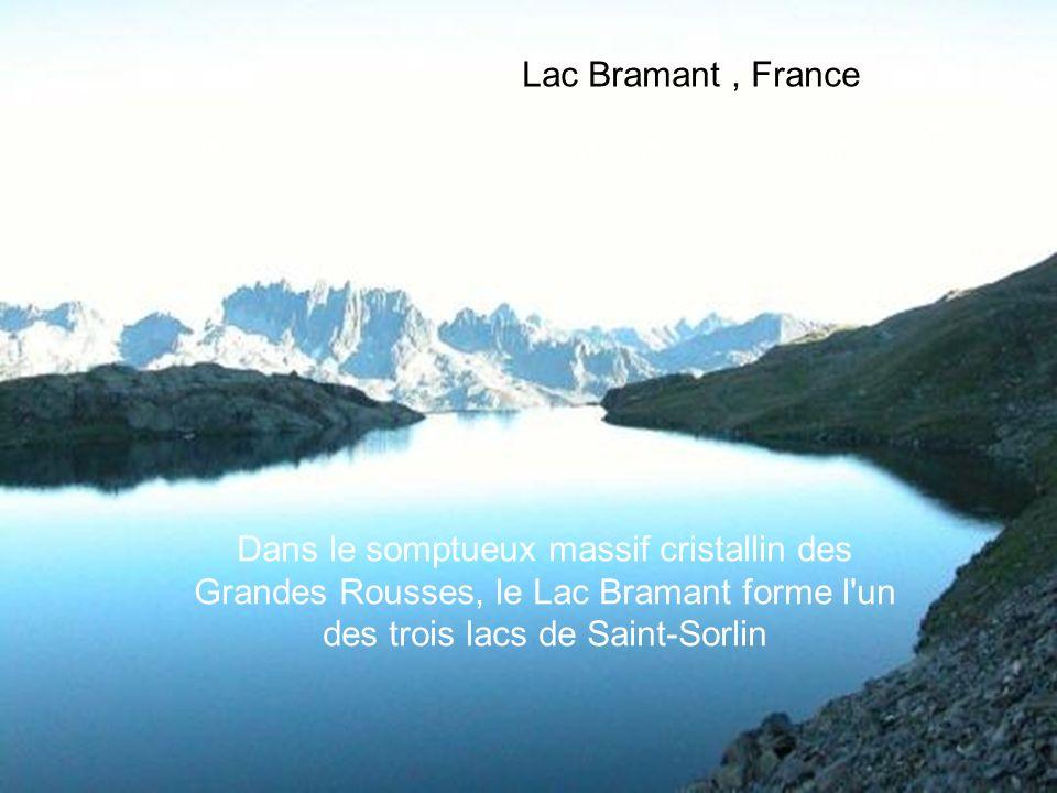 Lac Bramant, France Dans le somptueux massif cristallin des Grandes Rousses, le Lac Bramant forme l un des trois lacs de Saint-Sorlin