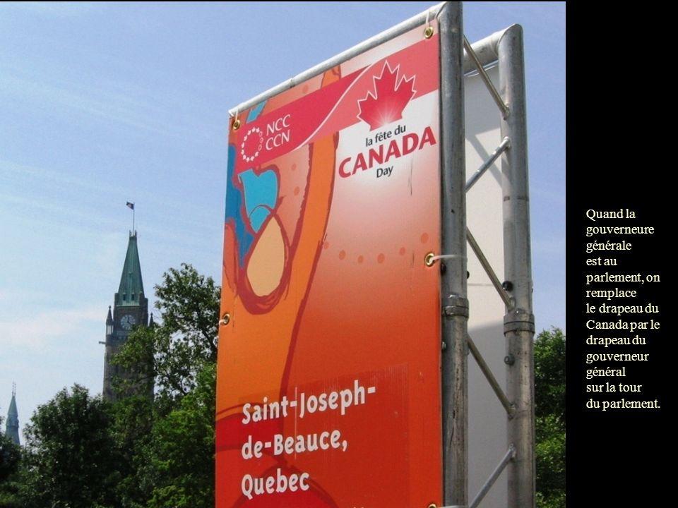Quand la gouverneure générale est au parlement, on remplace le drapeau du Canada par le drapeau du gouverneur général sur la tour du parlement.